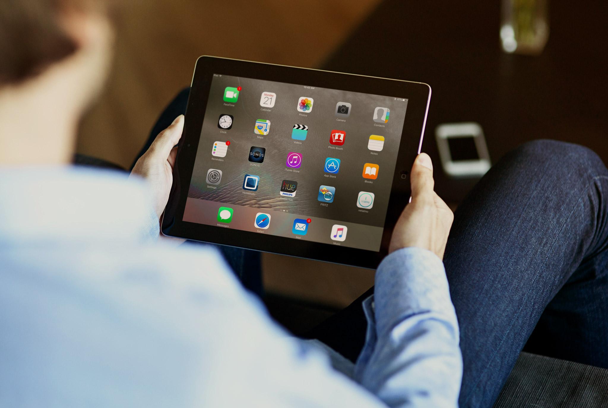 Typ mit Tablett und Smart Home Apps