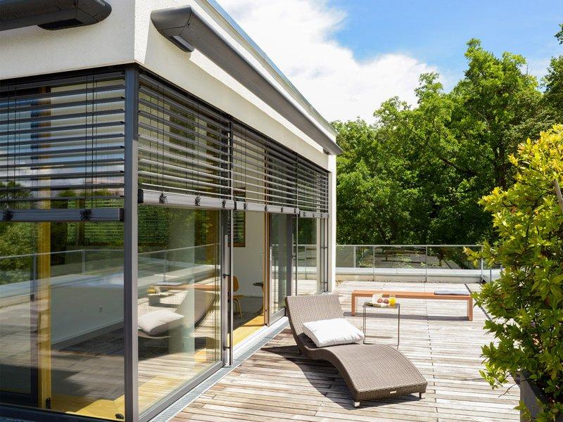 elero Works With medioa® - Smart Home living Haus aussen mit Jalousie