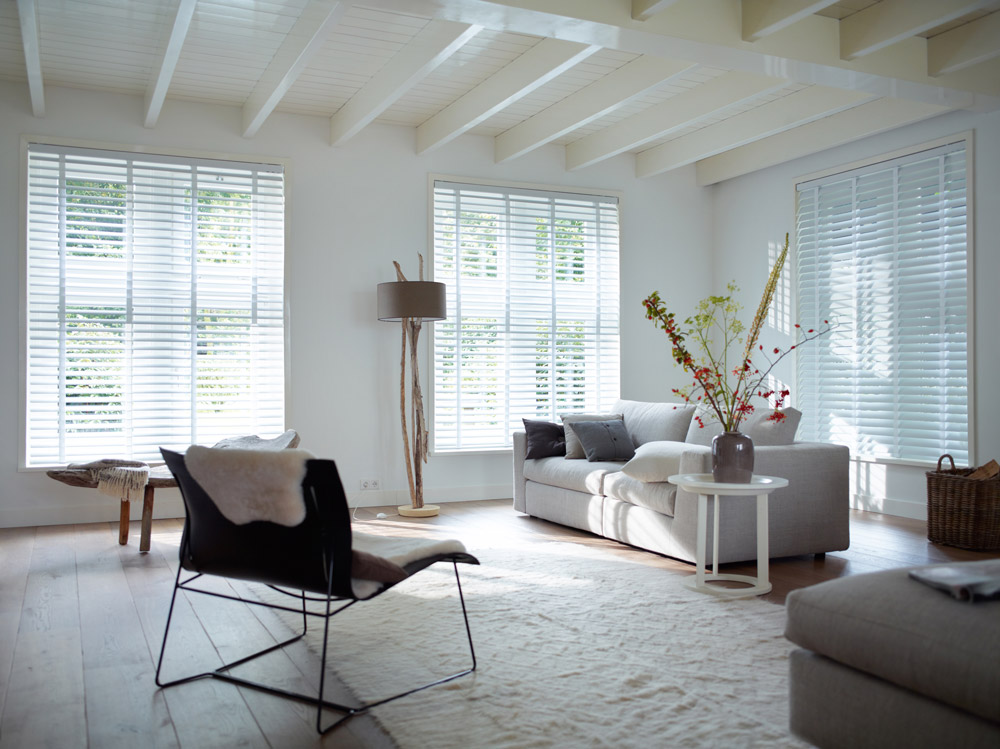 Venetian Blinds im Wohnzimmer von Hunter Douglas